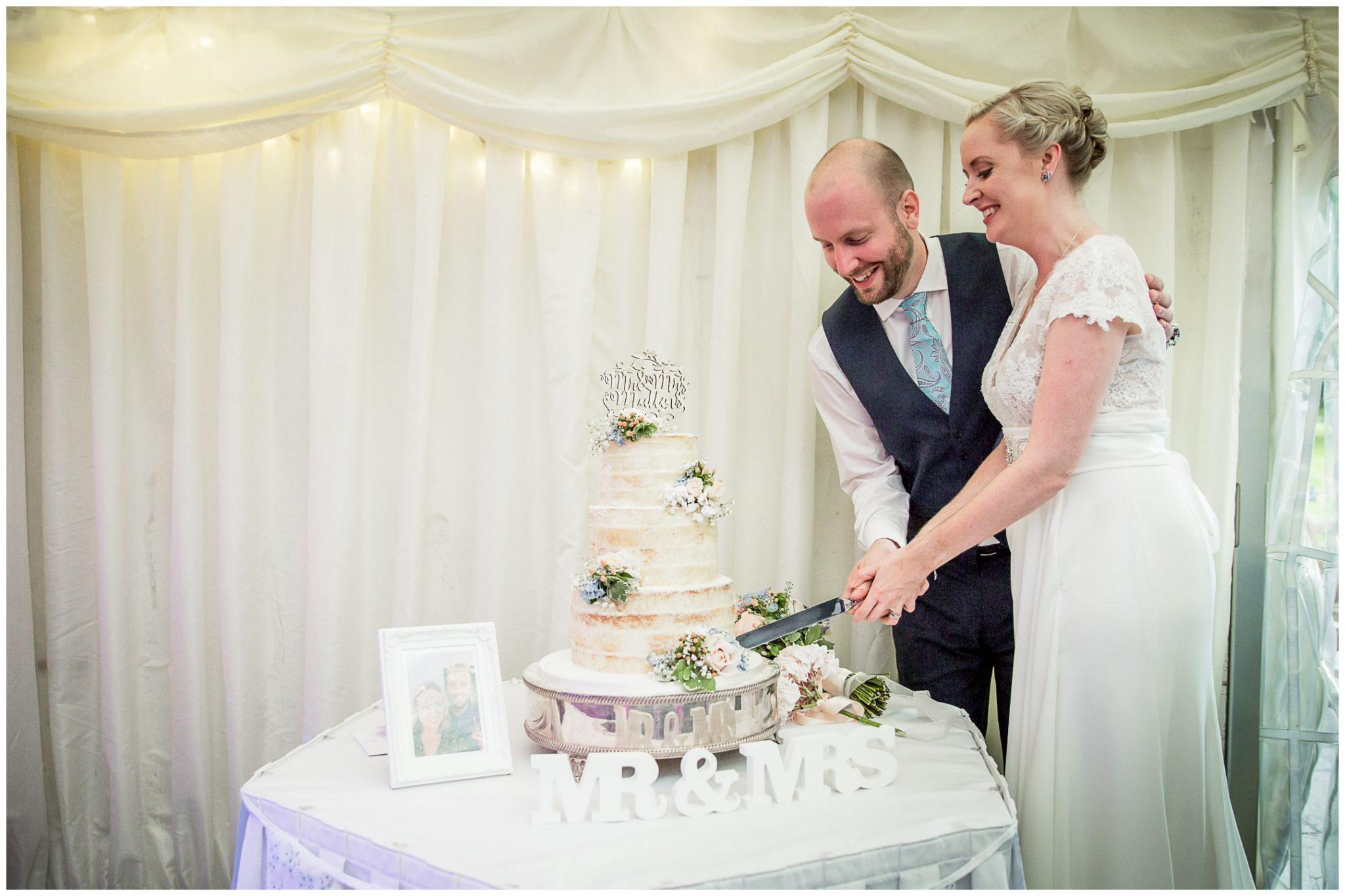 Oakley Hall wedding photography cutting the cake